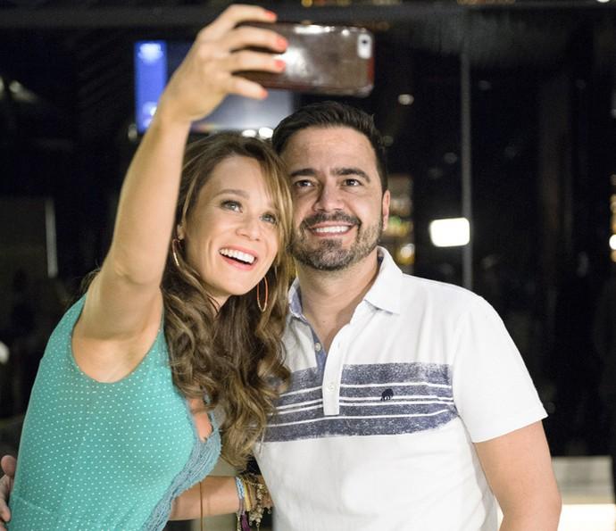 Mariana Ximenes posa ao lado do autor Daniel Ortiz (Foto: Globo/Ramón Vasconcelos)