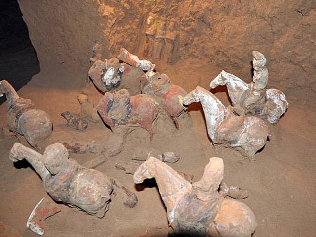 Esculturas de cavalos são vistas no interior da tumba recém-achada (Foto: Shaanxi Provincial Cultural Reli/AFP)