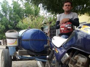 Aldo Dantas deixou de ser marceneiro para trabalhar como entregador de água (Foto: Anderson Barbosa/G1)