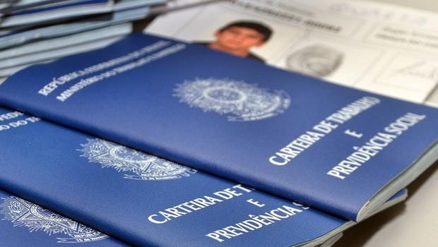 Emissão de carteira de trabalho ; CLT ; contrato formal de trabalho ; registro de trabalho ; emprego formal ;  (Foto: Reprodução/YouTube)