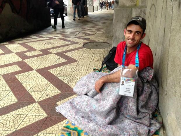 César Augusto Martins dorme embaixo de viaduto em Porto Alegre e não tira a credencial da Fifa do pescoço (Foto: Caetanno Freitas/G1)