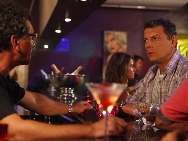 Barros tenta descobrir o quem Morena estava procurando (Foto: Salve Jorge/TV Globo)