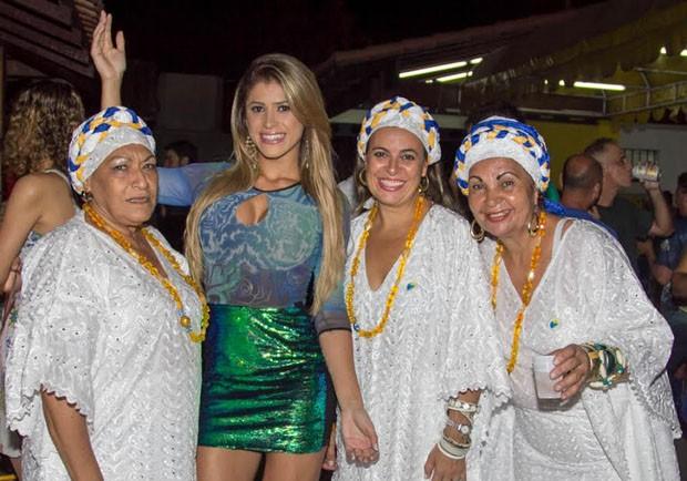 Natália Carvalho tirou fotos com as baianas da escola carioca (Foto: Divulgação )