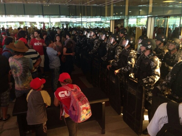 Protesto SC- Em Florianópolis, manifestantes de centrais sindicais foram até a Assembeia Legislativa nesta quarta (16) (Foto: RBS TV)