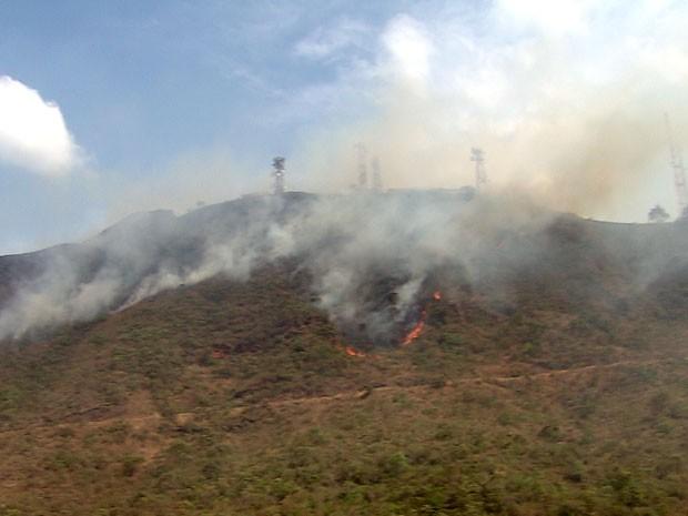 Vegetação no Parque das Mangabeiras, em Belo Horizonte, é atingida por incêndio (Foto: Reprodução / TV Globo)