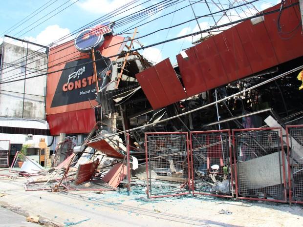 Restante da estrutura de prédio desabou na manhã desta terça (Foto: Diego Toledano/G1 AM)