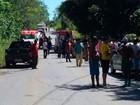 Seis ficam feridos após carro cair em ribanceira ao tentar desviar de buraco