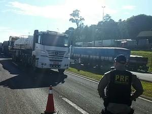 Na região de Cascavel, no oeste, caminhoneiros bloqueiam a BR-277 próximo ao Trevo Cataratas, desde as 10h desta segunda-feira (23) (Foto: PRF / Divulgação)