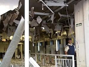 Explosão caixa eletrônico Mercantil do Brasil Uberlândia (Foto: Reprodução/TV Integração)