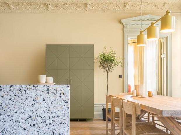 Décor do dia: cozinha integrada com granilite e tons pastel (Foto: NOTE STUDIO/DIVULGAÇÃO)