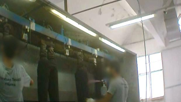 Refugiados sírios também trabalham na produção de jeans para as lojas Mango e Zara  (Foto: BBC)