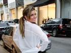 Babi Rossi passeia pelas ruas de São Paulo com calça coladinha