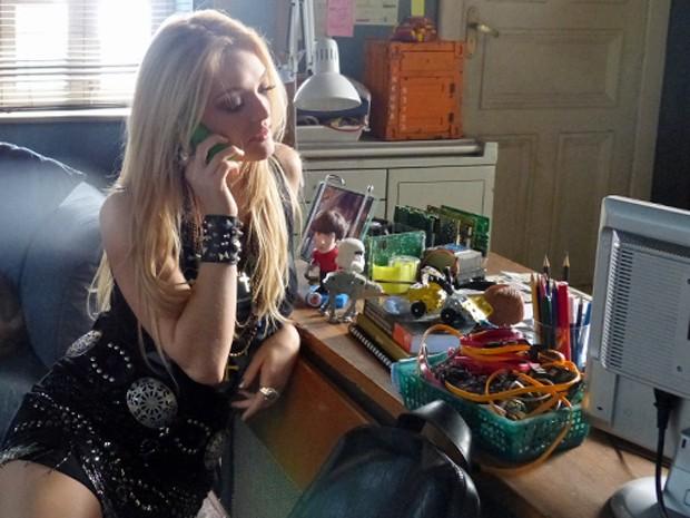 Megan atende telefone de Manu (Foto: Geração Brasil / TV Globo)