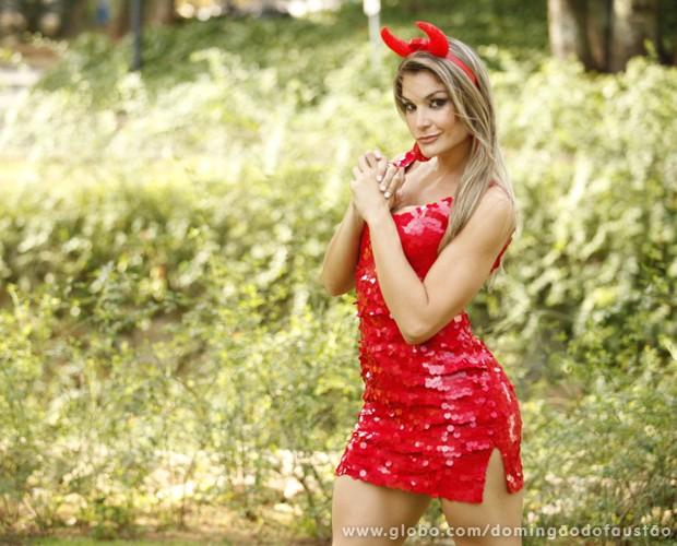 Letícia Weiss apareceu de diabinha na estreia do Tem Gente Atrás (Foto: Domingão do Faustão / TV Globo)