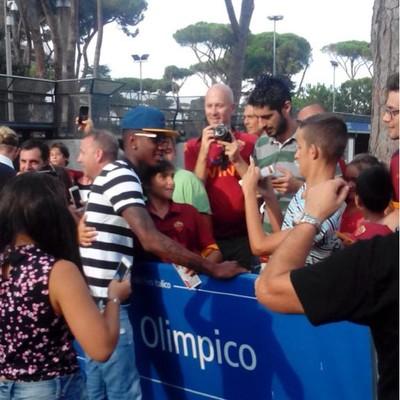 Gérson, e-Fluminense, acompanhou a partida e foi bem recebido pelos torcedores da Roma (Foto: Reprodução)