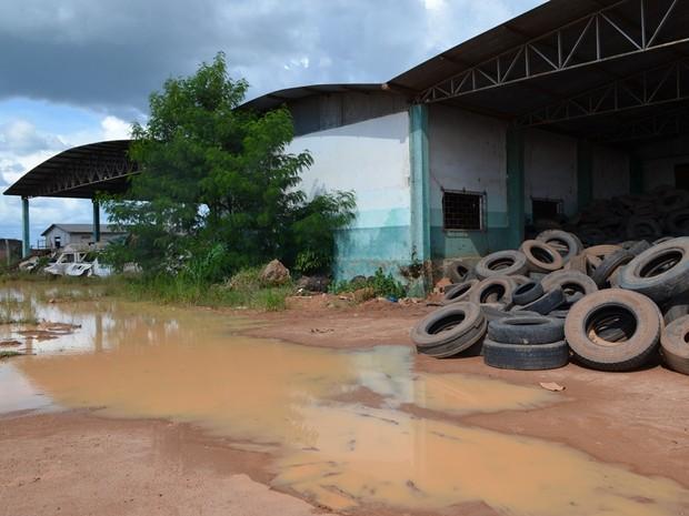Alguns dos pneus estão a céu aberto e acumulam água (Foto: Rede Amazônica/ Reprodução)