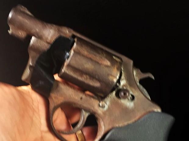 Uma arma foi apreendida com os menores (Foto: Divulgação/PM)