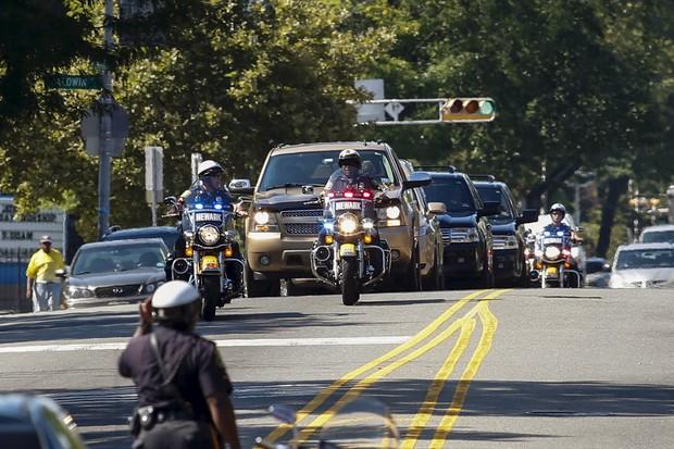 Carro fúnebre chega com o caixão de Bobbi Kristina (Foto: Reuters)