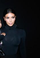 Kim Kardashian e Kanye West levam filha a desfile em Paris