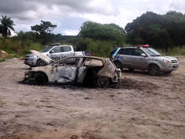 Carro foi encontrado incinerado em Guabiraba (Foto: Bruno Fontes/TV Globo)