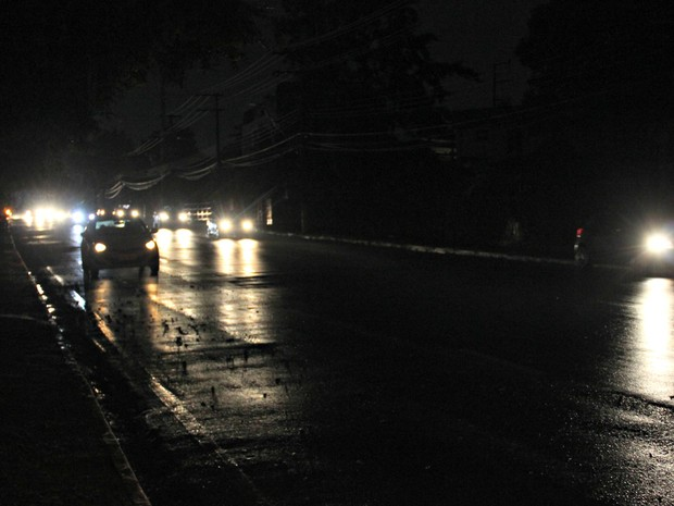 Avenida Paraíba ficou sem energia elétrica nesta terça-feira (15) (Foto: Sérgio Rodrigues/ G1 AM)