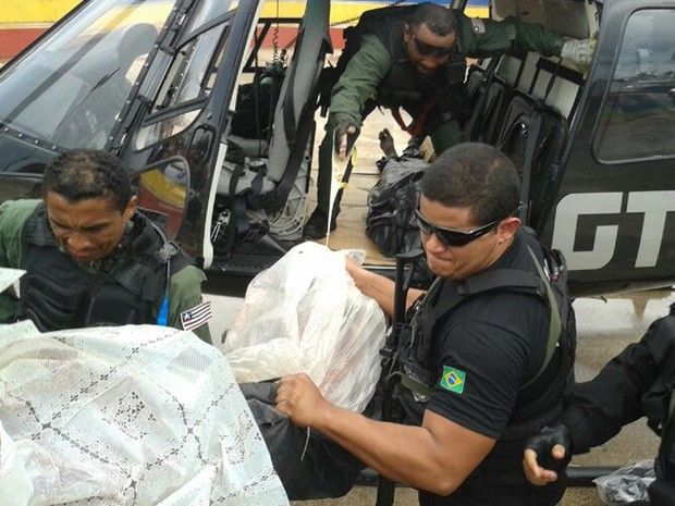 Agentes do GTA transportam dinheiro recuperado de assalto ao Banco do Brasil (Foto: Divulgação/GTA)