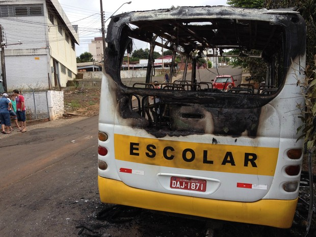 Micro-ônibus escolar foi incendiado por volta das 2h de domingo (3) na cidade de Chapecó (Foto: Vanessa Nora/RBS TV)
