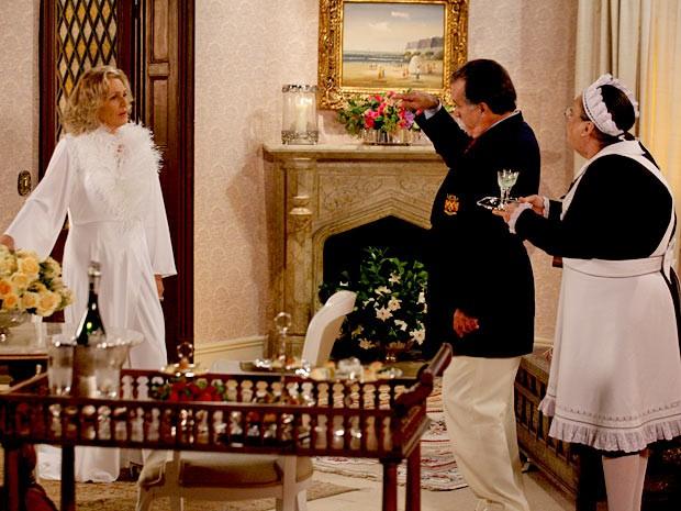 Olívia chega com os licores e a confusão começa (Foto: Guerra dos Sexos / TV Globo)