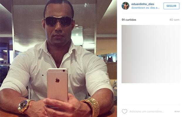 Eduardo posa com relógio de ouro e iPhone 6 (Foto: Reprodução/Instagram)