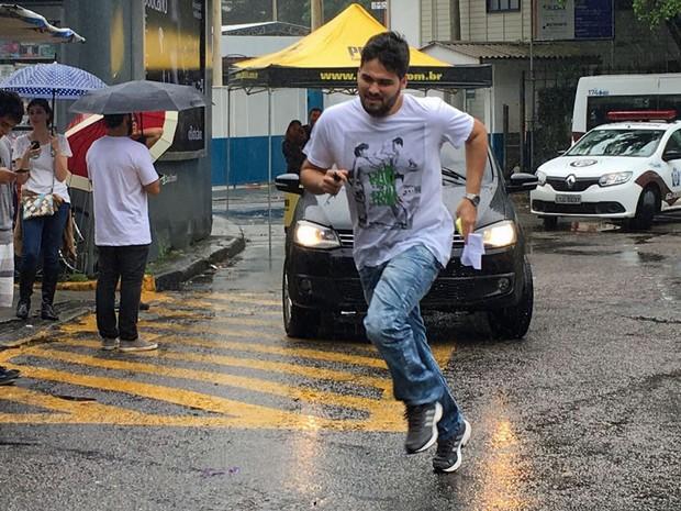 ENEM 2016 - SÁBADO (5) – RIO DE JANEIRO (RJ) - Último estudante a entrar para fazer a prova na PUC-Rio corre segundos antes de o portão ser fechado (Foto: Bruno Albernaz/G1)