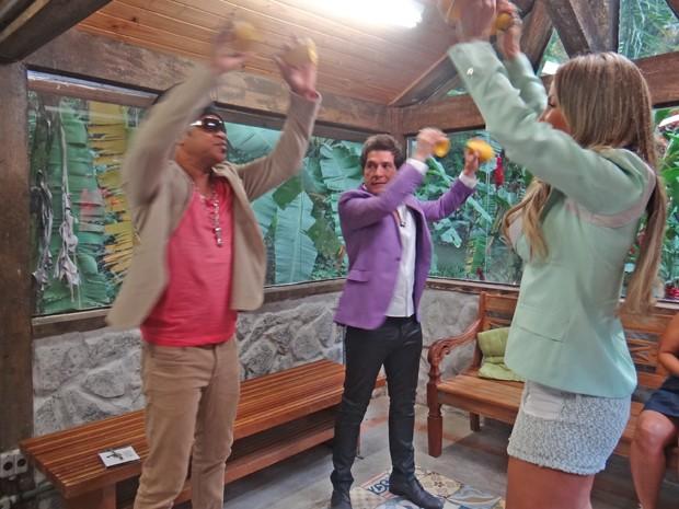 Brown ensina para Daniel e Claudia como usar a caxirola (Foto: Mais Você / TV Globo)
