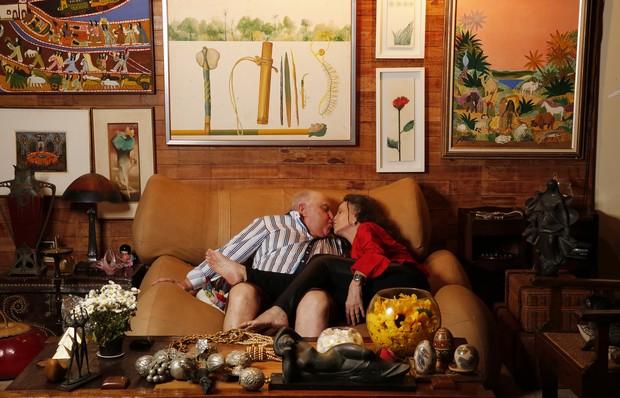 Rosamaria Murtinho e Mauro Mendonça posam na sala principal da casa (Foto: Marcos Serra Lima / EGO)