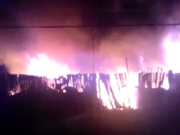 Incêndio atinge estabelecimento em Caruaru (Foto: Reprodução/ Cinegrafista Amador/ TV Asa Branca)