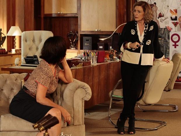 Roberta insiste que Charlô está apaixonada (Foto: Guerra dos Sexos / TV Globo)
