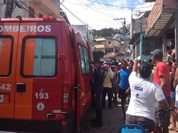 Caminhão bateu em carro e duas pessoas morreram (Foto: Rafael Teles/G1)