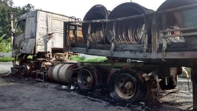 Por falha mecânica, caminhão pega fogo em Piquete (Foto: Vanguarda Repórter/ Wanda Caetano)
