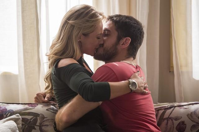 Jeiza (Paolla Oliveira) e Zeca (Marco Pigossi) em cena de 'A força do querer' (Foto: Reprodução)