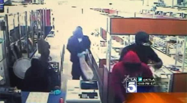 Cinco ladrões tentam assaltar a joalheria em Garden Grove, na Califórnia, neste domingo (29) (Foto: Reprodução/KTLA)