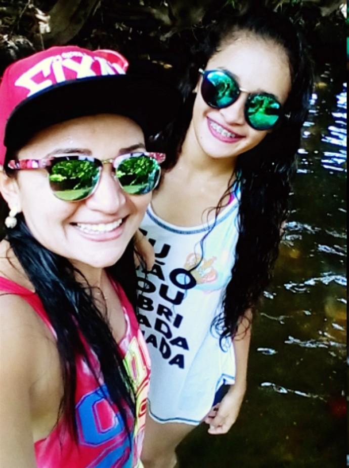 Zilda e Roserlane em Santa Cruz  Dos Milagres-PI            (Foto: Arquivo pessoal)