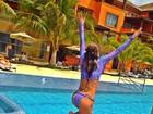 Carol Magalhães mostra corpo sequinho em piscina