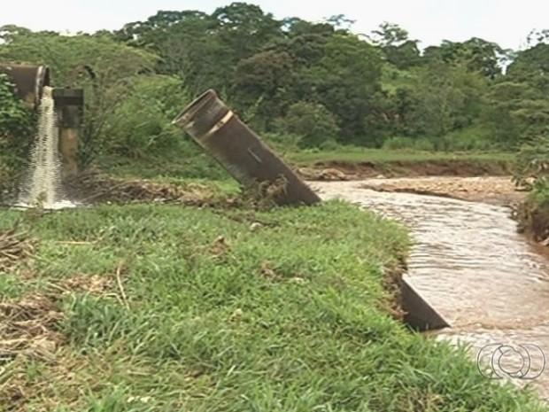 Córrego é poluído com cerca de 80 litros de esgoto por segundo, em Anápolis, Goiás (Foto: Reprodução/TV Anhanguera)