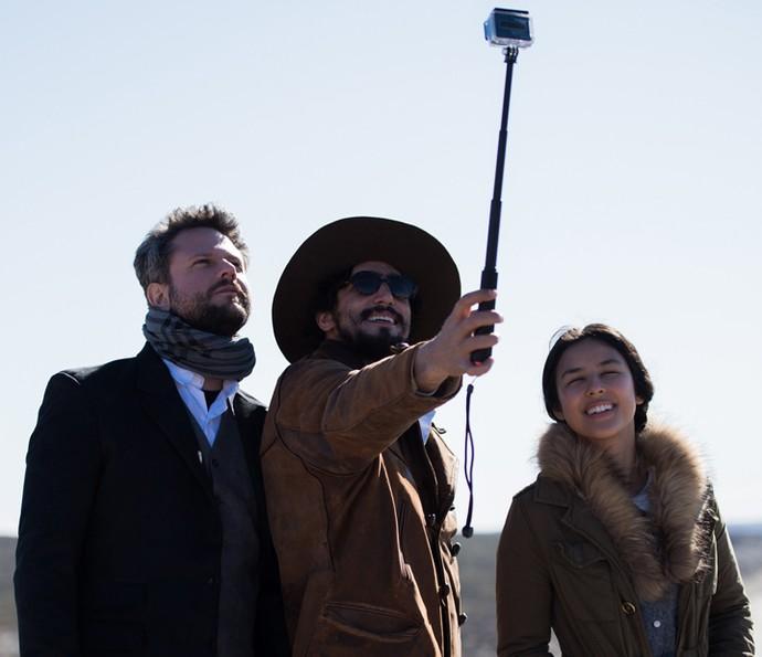 Selton Mello, Renato Góes e Yanna fazem selfie nos bastidores (Foto: Caiuá Franco/TV Globo)