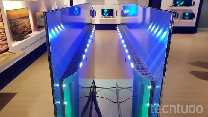 Lâmpadas de LED criam efeito do Ambilight na televisão (Foto: Thássius Veloso/TechTudo)
