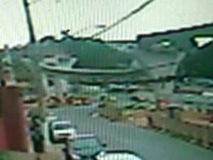 Imagem mostra momento em que a viga despenca e mata operário em obra do monotrilho em São Paulo (Foto: Reprodução/GloboNews)