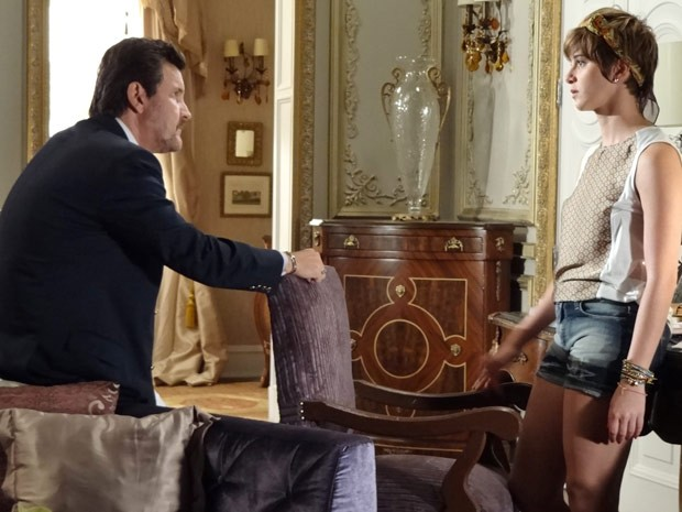 Aisha tenta, mas o pai flagra a filha procurando seus documentos originais (Foto: Salve Jorge/TV Globo)