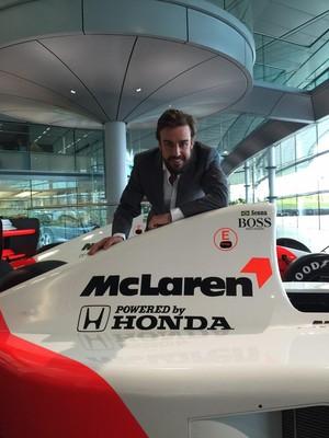 Fernando Alonso posa com McLaren-Honda de Ayrton Senna (Foto: Reprodução/Twitter)