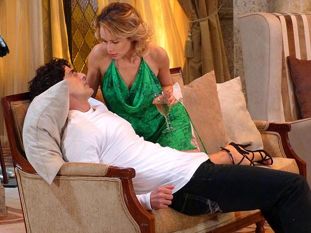 Juliana faz a sedutora e se joga em Nando (Foto: Guerra dos Sexos / TV Globo)