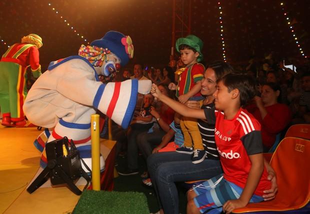 Fernanda Gentil com Lucas e Gabriel  (Foto: Dilson Silva/Agnews)
