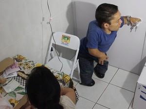 Maçanetas das portas ficam na altura certa para o casal (Foto: Caio Gomes Silveira/ G1)