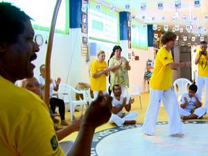 Movimentos foram adaptados para serem praticados por idosos em São Carlos (Foto: Wilson Aiello/EPTV)